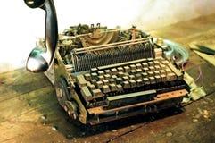古色古香的葡萄酒打字机,特写镜头照片在桌上的 库存图片