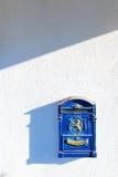 古色古香的蓝色墙壁邮箱 免版税库存照片
