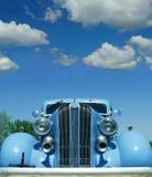 古色古香的蓝色汽车天空 图库摄影