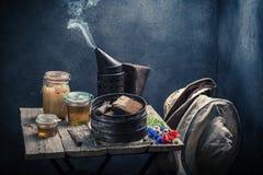 古色古香的蜂农工具在车间用蜂蜜 库存图片