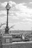 古色古香的街灯和伦敦公共汽车 免版税库存图片