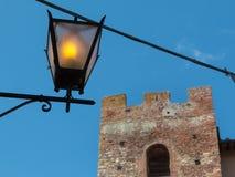 古色古香的街灯特写镜头和维科皮萨诺在背景中防御塔 库存图片