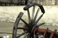 古色古香的被中断的老马车车轮 免版税库存照片