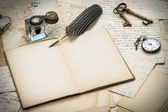 古色古香的辅助部件、信件、墨水池和墨水笔 免版税库存图片
