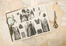 古色古香的辅助部件、信件和时装杂志1888 库存照片