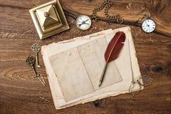 古色古香的辅助部件和办公用品在木桌上 免版税图库摄影