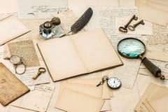 古色古香的辅助部件,老信件、墨水池和墨水笔 免版税库存照片