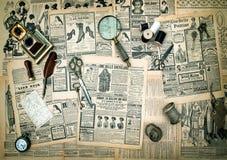 古色古香的辅助部件,葡萄酒时尚报纸广告 免版税库存图片