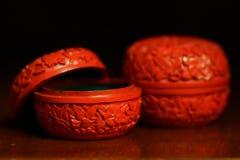 古色古香的辰砂中国小装饰品把静物画装箱 免版税库存照片