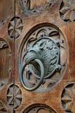 古色古香的通道门环塑造了妖怪` s头 图库摄影