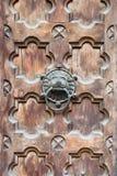 古色古香的通道门环形状的狮子的头 库存照片