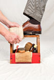 古色古香的配件箱亮光鞋子工作者 免版税库存图片