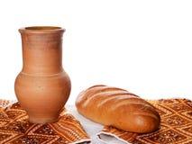 古色古香的酒投手用土气面包 免版税库存图片