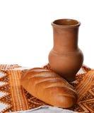 古色古香的酒投手用土气面包 免版税图库摄影