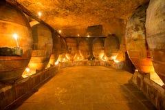 古色古香的酿酒厂在有黏土油罐罐的西班牙 库存图片