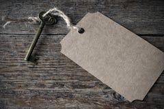 古色古香的金属议院钥匙和关键标记 免版税库存照片