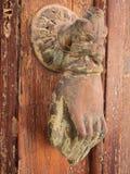 古色古香的金属通道门环,以手的形式, Galaxidi,希腊 库存照片