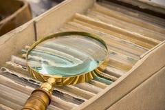 古色古香的金黄放大镜 免版税库存图片