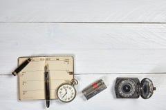 古色古香的钢笔、老日历和手表 免版税库存图片