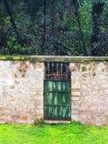 古色古香的铁门在意大利罗马庭院里 库存图片