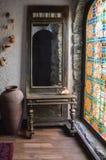 古色古香的镜子和污迹玻璃窗作为装饰一个屋子在Sirvansah 免版税图库摄影