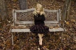 古色古香的长凳女孩 免版税库存图片