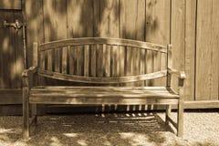 古色古香的长凳庭院光 库存照片