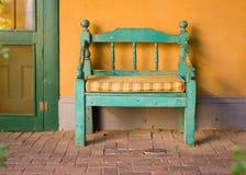 古色古香的长木凳在圣菲 免版税库存图片