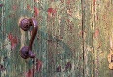 古色古香的门把手和木门 在门的油漆崩裂了并且剥落 库存照片