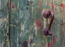 古色古香的门把手和木门 在门的油漆崩裂了并且剥落 库存图片