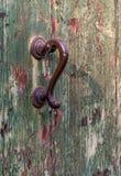 古色古香的门把手和木门 在门的油漆崩裂了并且剥落 图库摄影