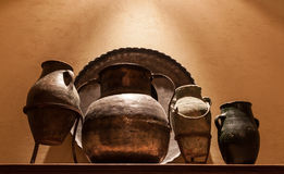 古色古香的阿拉伯黄铜瓶子和罐 免版税库存照片
