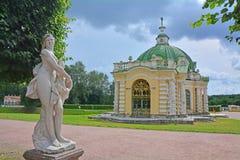 古色古香的雕象和洞穴Kuskovo庄园的在莫斯科 库存照片