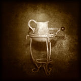 古色古香的面盆和水壶 免版税图库摄影