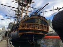 古色古香的风帆船在港口水中 免版税库存照片