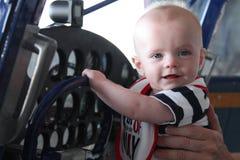 古色古香的飞机的微笑的男婴 库存照片