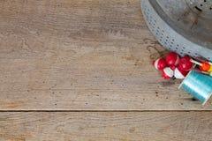 古色古香的鲤科小鱼在与勾子&浮子的谷仓木头用桶提 库存照片