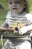 古色古香的婴儿推车的微笑的男婴 免版税库存图片