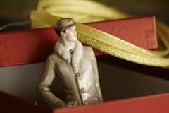 古色古香的绅士雕象一半被包裹的静物画 库存照片