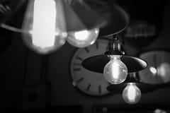 古色古香的黑暗的服务台焕发绿色闪亮指示葡萄酒 库存照片