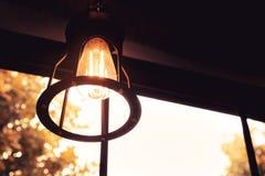 古色古香的黑暗的服务台焕发绿色闪亮指示葡萄酒 库存图片