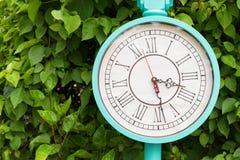 古色古香的绿松石颜色时钟在庭院里 免版税库存图片
