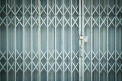 古色古香的幻灯片钢锁着的快门门,纹理背景 库存图片