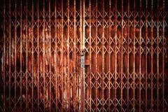 古色古香的幻灯片钢锁着的快门门,纹理背景 免版税库存照片