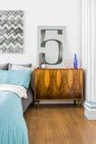 古色古香的洗脸台在现代卧室 免版税库存图片