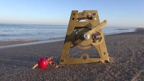 古色古香的黄铜时钟齿轮和玫瑰果在海使沙子靠岸 股票视频
