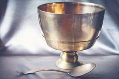 古色古香的黄铜碗和杓子,静物画在vint的艺术摄影 免版税库存图片