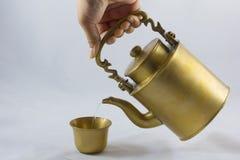 古色古香的黄铜水壶 图库摄影