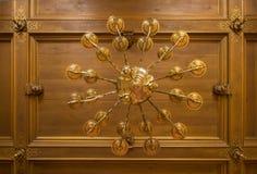 古色古香黄铜candelier 库存图片