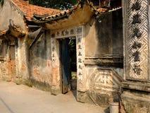 古芝DA古老村庄,越南-有生苔砖的老门 免版税库存照片